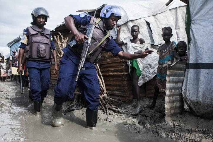 ENSZ békefenntartók egy Dél-Szudáni menekülttáborban
