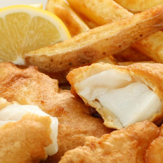 Így készül a legfinomabb, legropogósabb fish and chips: minden a sörtésztán múlik