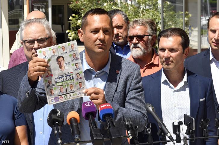 Molnár Zsolt, az MSZP budapesti elnöke (elöl) beszél Szaniszló Sándor, a XVIII. kerület közös ellenzéki polgármesterjelöltjét (j2) bemutató sajtótájékoztatón a XVIII. kerületi önkormányzat épülete előtt 2019. július 25-én