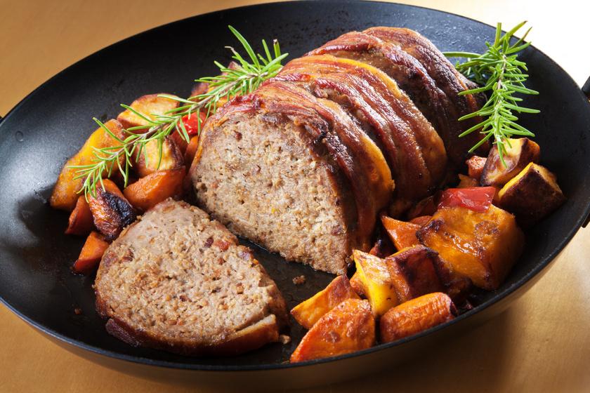 Egyben sült vagdalt baconbe tekerve, vele sült zöldségekkel: kiadós fogás egyszerűen