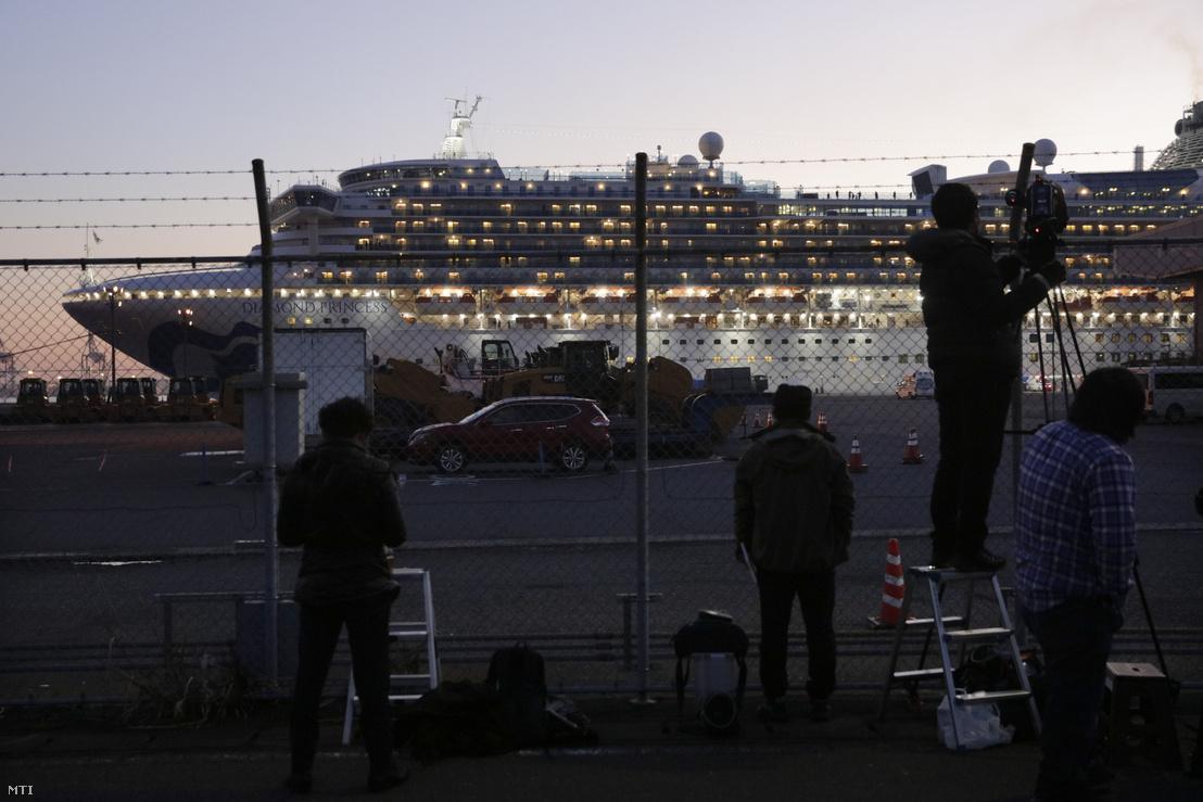 A Diamond Princess óceánjáróról forgatnak tudósítást 2020. február 13-án