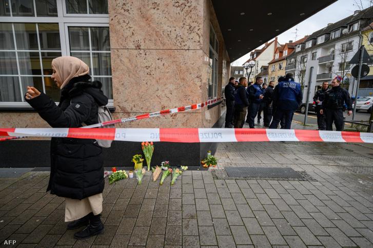 Virágok a helyszínen a lövöldözés másnapján