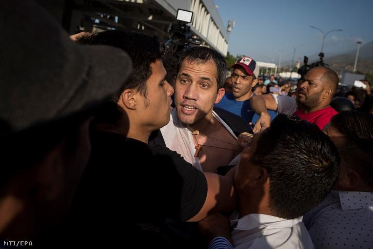 Nicolás Maduro venezuelai elnök támogatói megtámadják Juan Guaidó ellenzéki vezetőt amint megérkezik háromhetes külföldi körútjáról a caracasi repülőtérre 2020. február 11-én