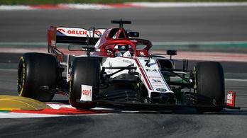 Élen Räikkönen, mögötte a pink Mercedes