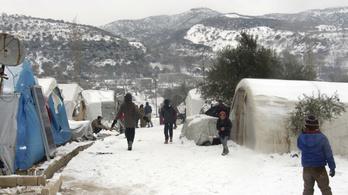 Szíriában egymillió menekült rekedt a fronton, gyerekek halnak meg a fagyban