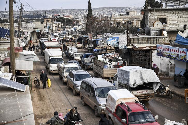 Szíriai civilek menekülnek a harcok elől Idlíb tartományban 2020. február 15-én.