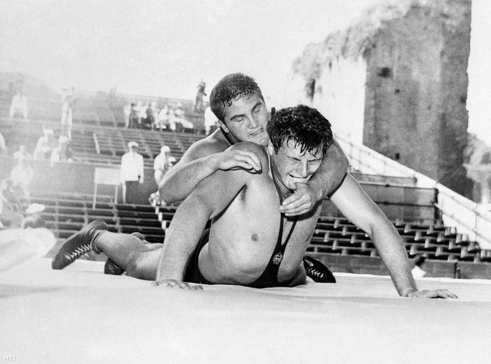 1960. Róma. Kozma István (alul) birkózó küzdelme a bolgár Radoszlav Kaszabovval a kötöttfogású birkózás 87 kg feletti kategóriájának mérkőzésén a XVII. nyári olimpián. Kozma István kikapott ellenfelétől.