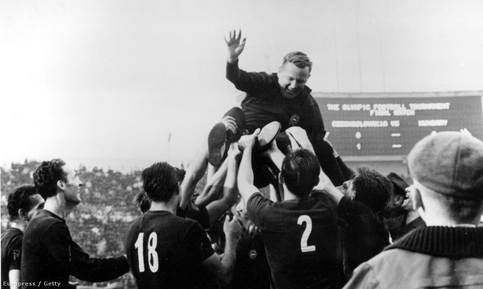 1964. Tokió. A magyar futball válogatott tagjai Lakat Károly szövetségi kapitányt röptetik, miután a döntőben 2-1-re legyőzték Csehszlovákiát.