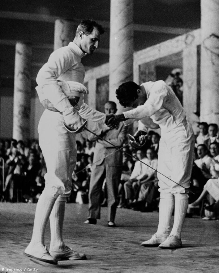 1960. Róma. Mario Ravagnan meghajolt Kárpáti Rudolf teljesítménye előtt, aki a magyar kardvívó csapat tagjaként lett olimpiai bajnok.