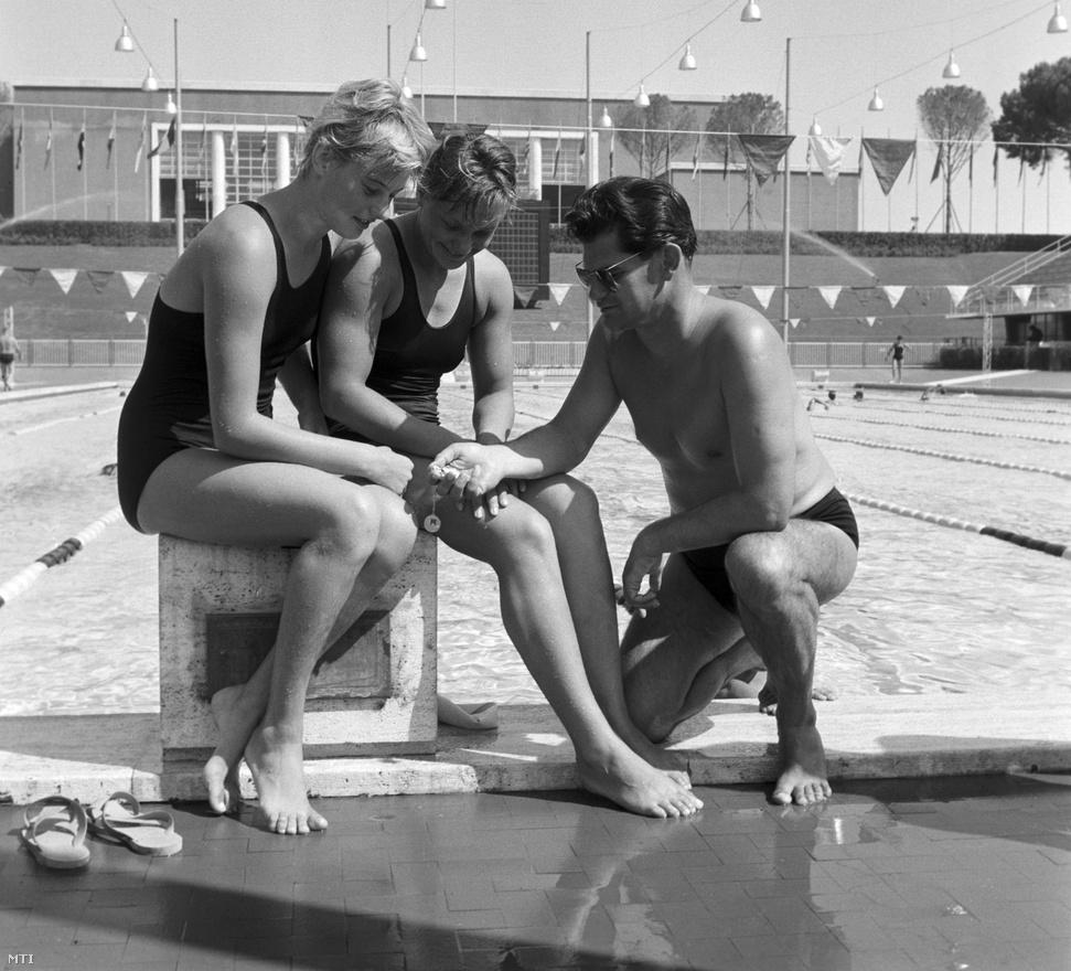 1960. Róma .Boros Kató (balra), Madarász Csilla úszónők és Bakó Jenő, az úszócsapat edzője az olimpiai úszóstadionban.