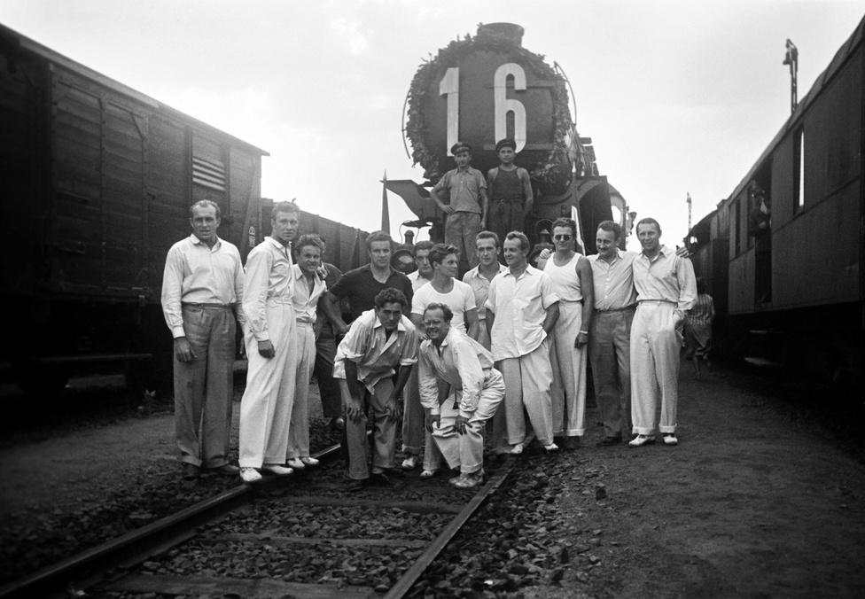 """1952. augusztus 7. Szob. Csoportkép az olimpiai bajnok vízilabda csapatról az """"aranyérmes"""" vonat előtt Helsinkiből való hazaérkezésükkor a szobi vasútállomáson."""