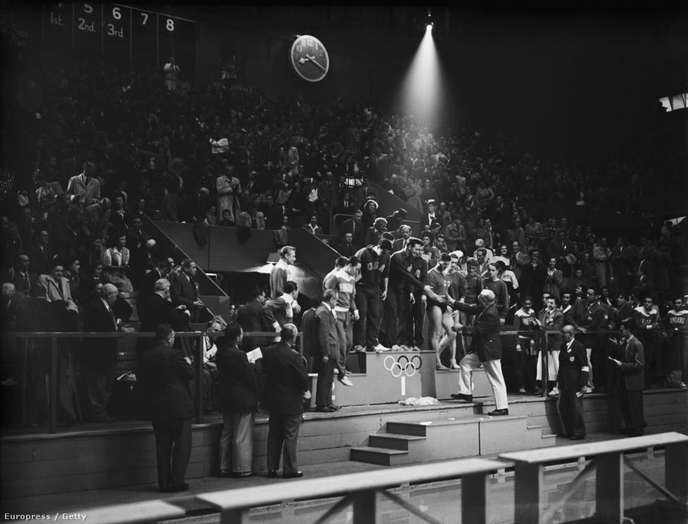 1948. London. Eredményhirdetés: a magyar férfi úszók (Nyéki Imre, Mitró György, Szathmáry Elemér és Kádas Géza) ezüstérmesek lettek a 4x200 méteres váltóban. Az aranyat az Egyesült Államok, a bronzot Franciaország csapata szerezte meg.