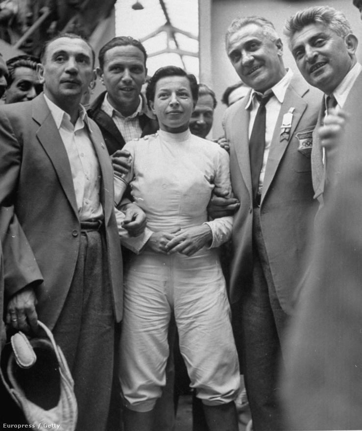 1948. London. Elek Ilonát, a tőrvívás női bajnokát ünnepli a magyar csapat.