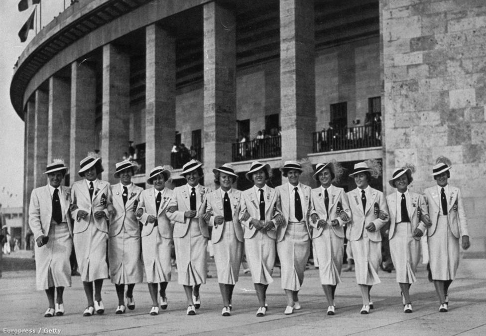 1936. Berlin. A magyar csapat versenyzőnői az olimpiai stadionnál.