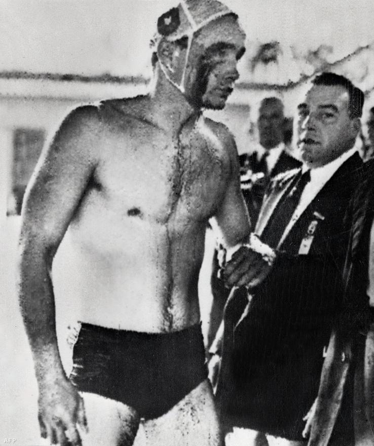 1956. december 12. Ikonikus fotó ötvenhatról. Zádor Ervin, válogatott vízipólós véres arccal mászik ki a medencéből a Melbourne-i Olimpia szovjetekkel vívott döntőjében.