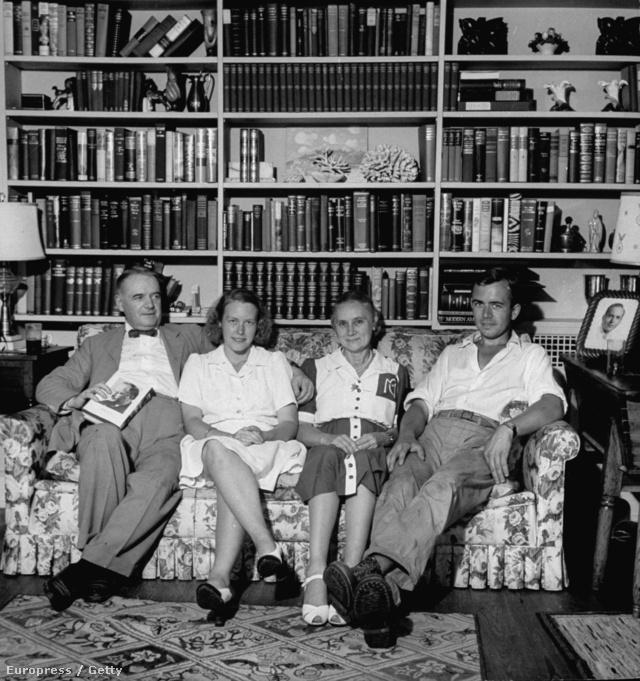 William J. Donovan (bal szélen) családja körében