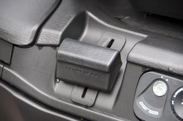 Rögzítőfék, hogy ne guruljon el parkolás közben