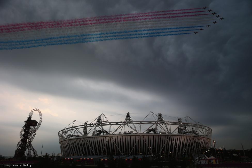 Ember és állat együtt borzong: a brit hadsereg műrepülői húztak el az Olimpiai Stadion fölött.