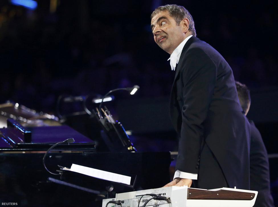 Rowan Atkinson bénázik a zenekarban.