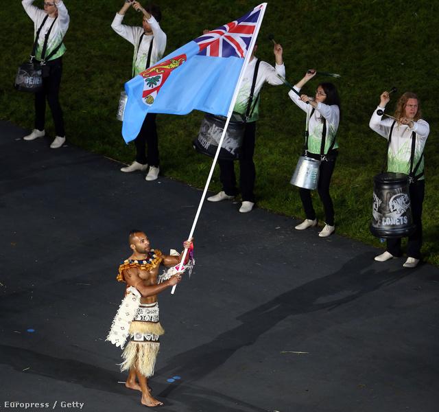 Josateki Naulu cselgáncsozó viszi a Fidzsi-szigetek zászlaját az olimpia megnyitóján