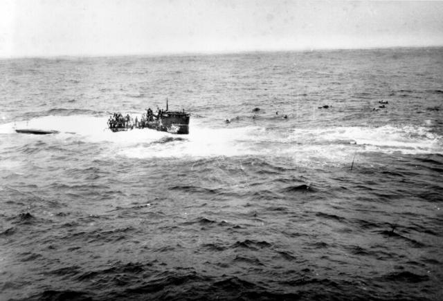 A süllyedő U-550 a USS Joyce-ról fotózva