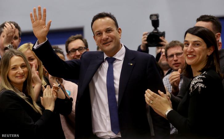 Leo Varadkar (középen) reakciója a választási eredményekre Dublinban 2020. február 9-én
