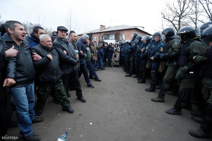 Tüntetők gyűltek össze az ukrán Novi Szanzsariban a koronavírus miatt evakuált emberek miatt, akiket busszal a helyi kórházba szállítottak 2020. február 20-án