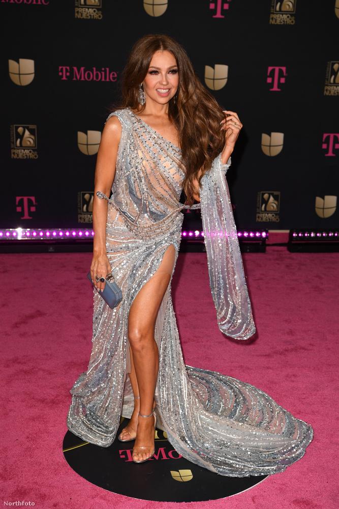 Végre megérkeztünk az első énekesnőnkhöz, Thaliához, aki áttetsző, aszimmetrikus ruhában érkezett, ...
