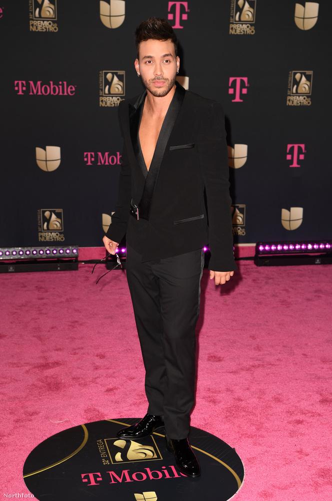 És ha már dekoltázs: még a férfiak is megmutathatják a mellkasukat a vörös szőnyegen, mint ahogy Prince Royce énekes/dalszerző is tette