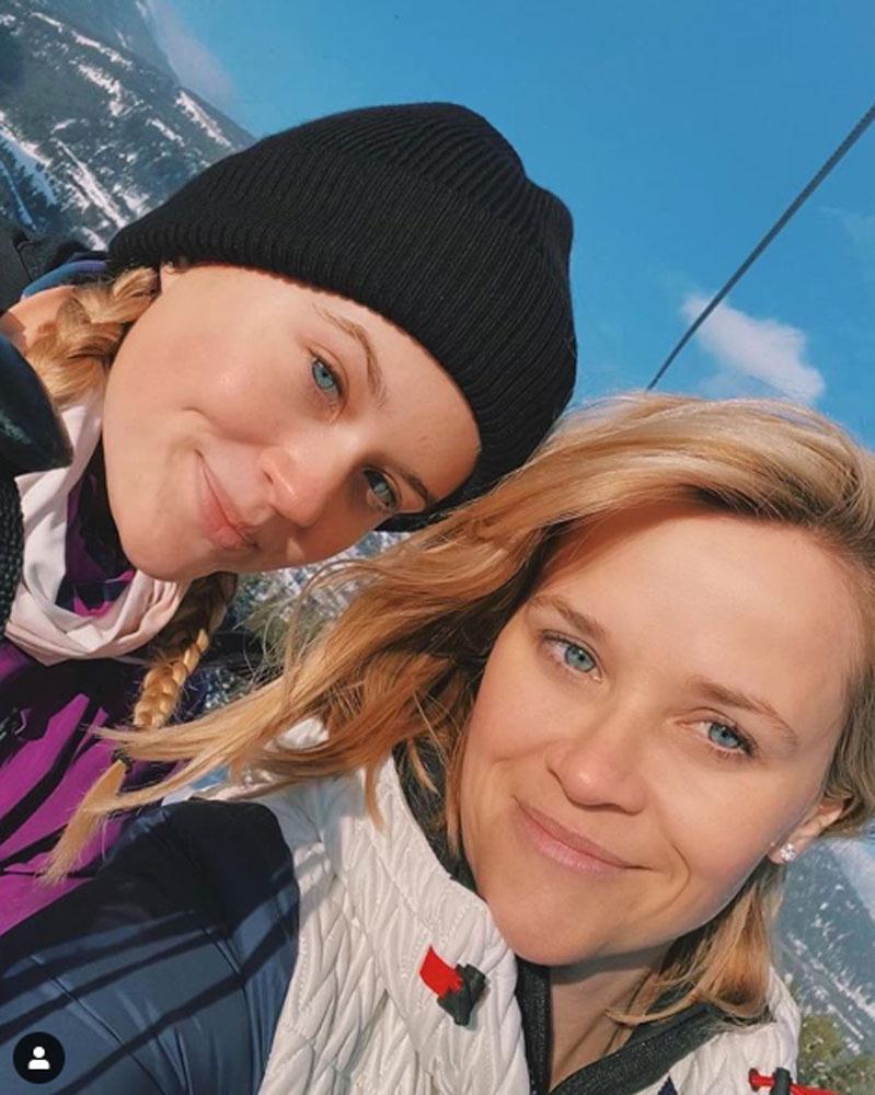 Resee Witherspoon és lánya síelés közben készítette ezt a közös képet, tengerkék szemeikkel rendkívül hasonlítanak.