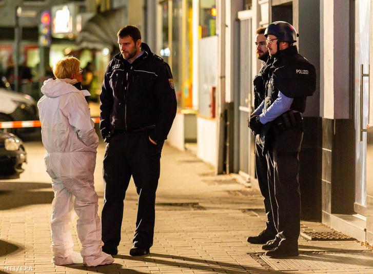 Rendőrök a Frankfurt am Main melletti Hanau városban elkövetett lövöldözés egyik helyszínén 2020. február 20-án