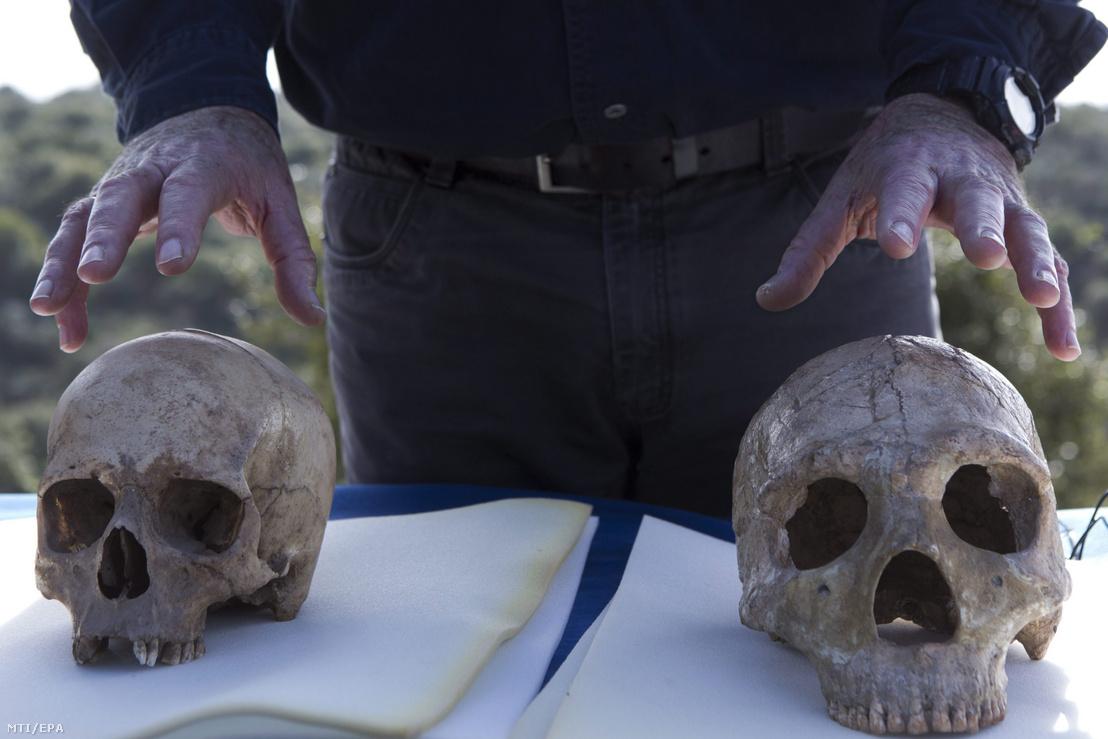 A modern ember (b) és egy neandervölgyi ember (j) koponyája az őskori koponyamaradvány lelőhelyéül szolgáló barlangnál az észak-izraeli Manot falu közelében 2015. január 28-án.