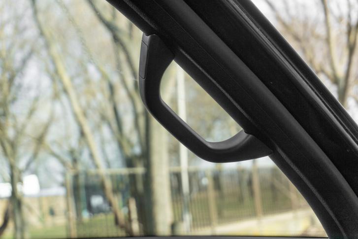 Az utasoldali kapaszkodót sok pickup gyártó lefelejti, pedig elég indokolt