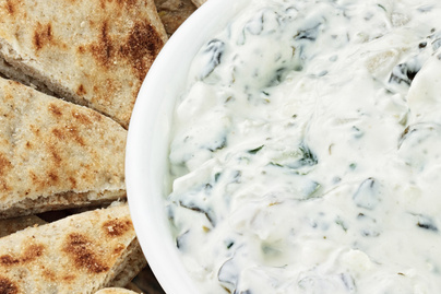 Krémsajtos, spenótos mártogatós forrón tálalva: sültek, zöldségek és kenyér mellé is finom