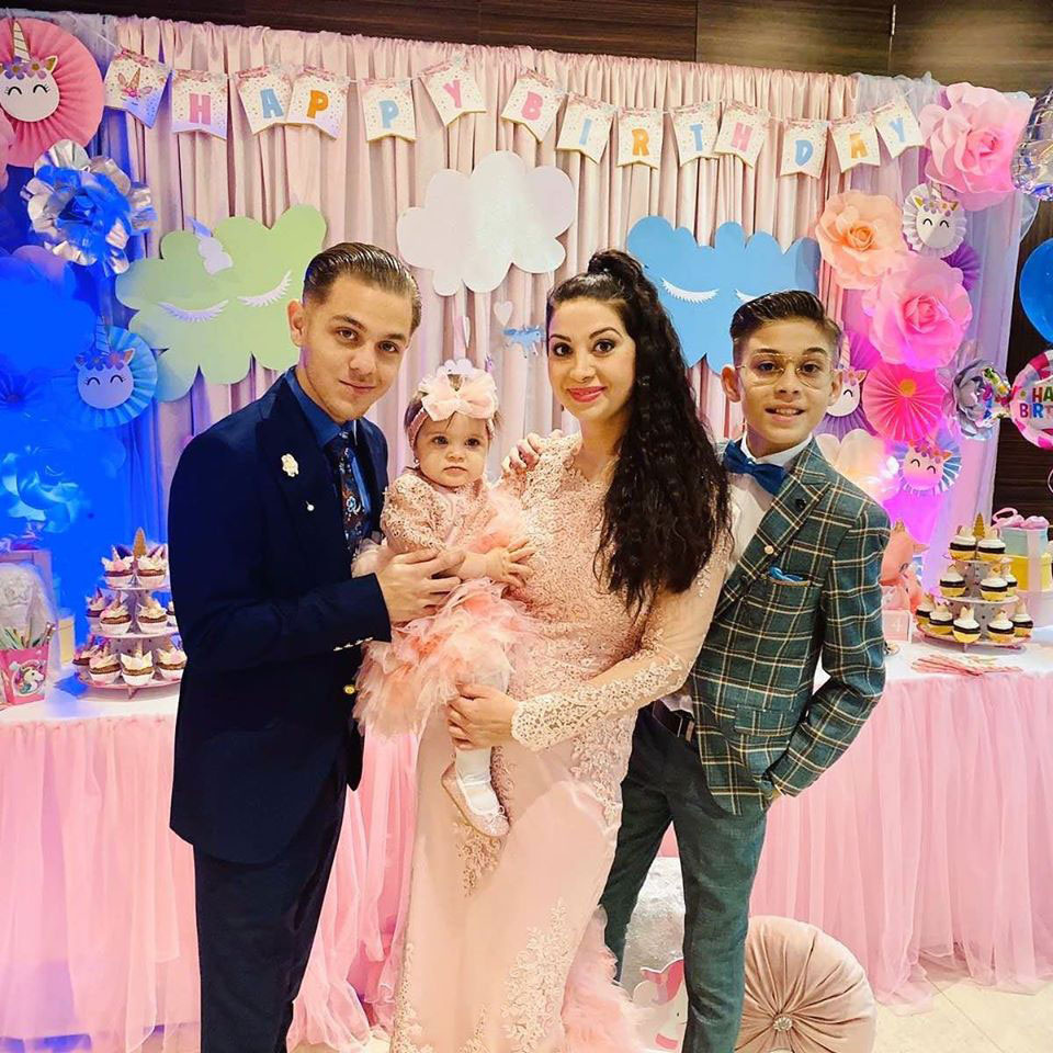 Bódi Csabi felesége, Gina a három gyerekükkel: a tinédzser Csabival, Rómeóval és Liliennel.
