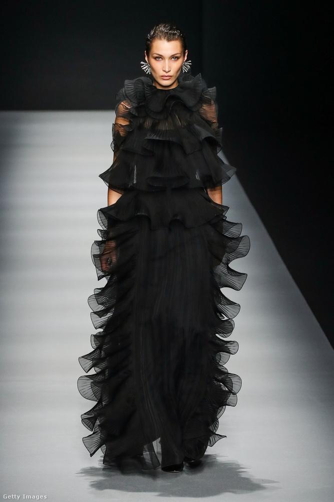 Megint egy gyászruhás Bella Hadid, csak ezt most Alberta Ferretti tervezte.