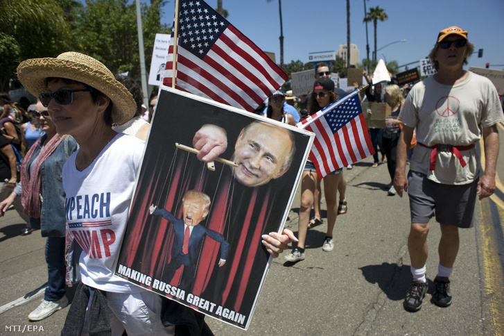 Donald Trump amerikai elnök ellen tüntetnek a kaliforniai San Diegóban 2017. július 2-án