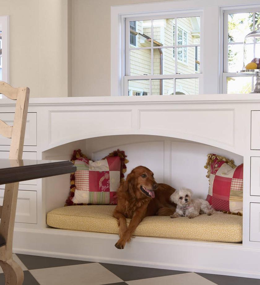 Közkedvelt megoldás, hogy a szekrény egy bizonyos részében alakítanak ki kutyaágyat: ezt például a konyhában, ahol a gazdi is sok időt tölt.