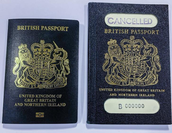 A hagyományos új és régi kék brit útlevelek