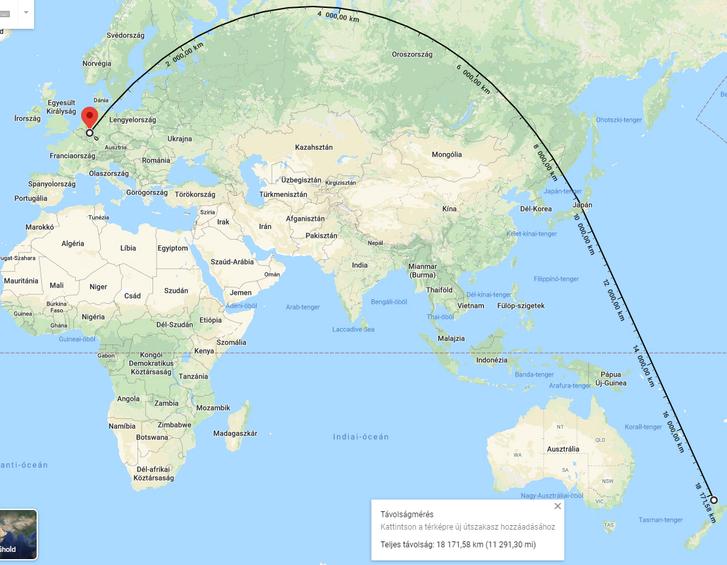 A távolság a két város között, a távolságot jelző vonal a vetületi ábra miatt ilyen furcsa.