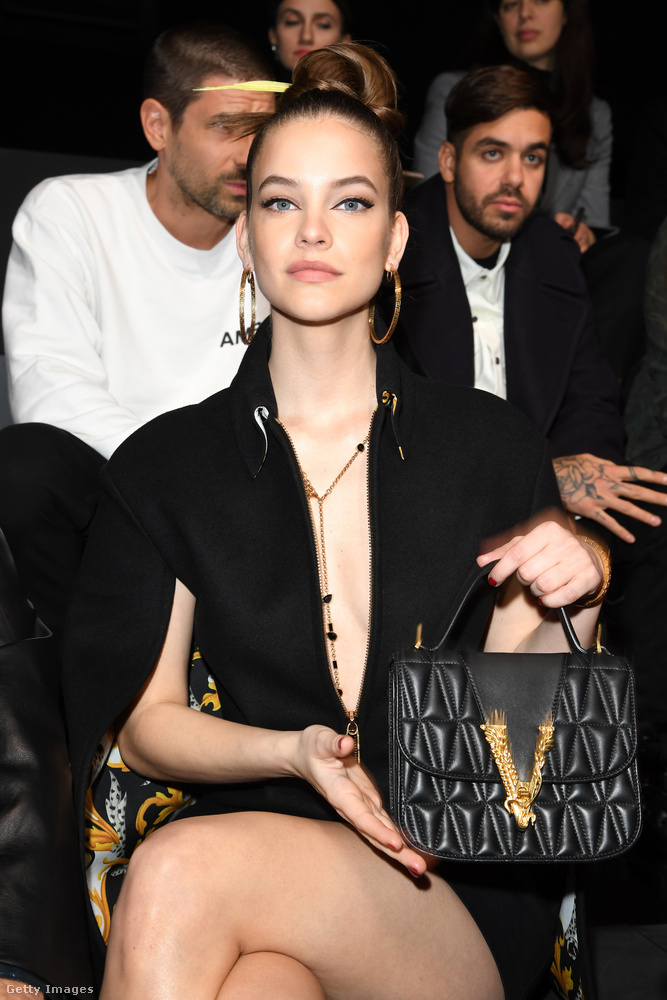 Aztán csinált egy gyors ingyenreklámot is a Versacének, megmutatva táskáját