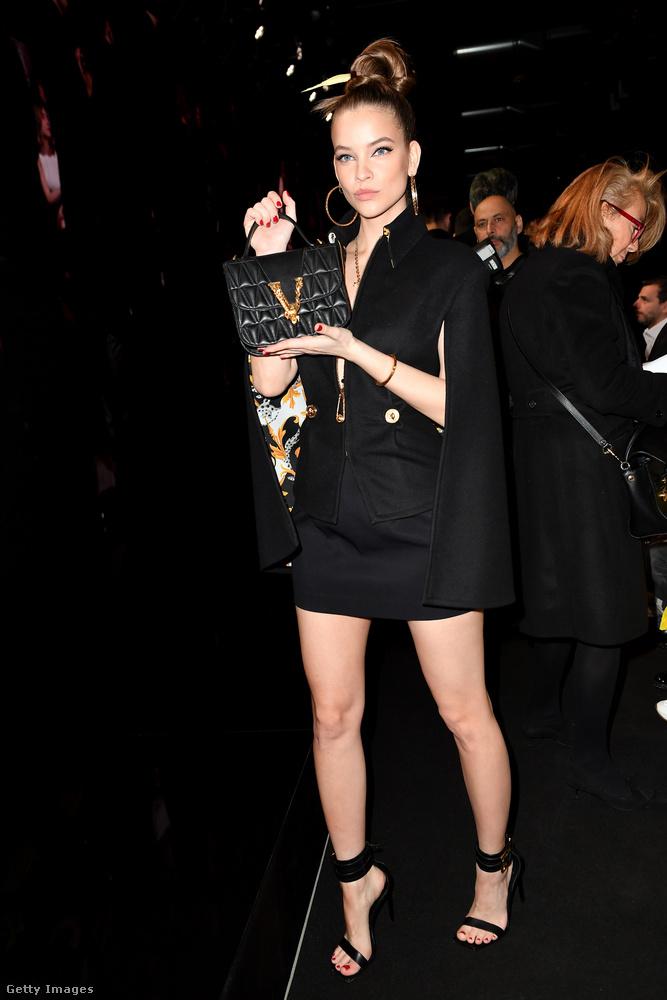 Gőzerővel mutatják be a Milánói Divathéten az extravagánsabbnál extravagánsabb ruhákat, mi most azonban a szettek helyett inkább arról írunk, aki (most éppen) vendégként tűnt fel az egyik divatbemutatón