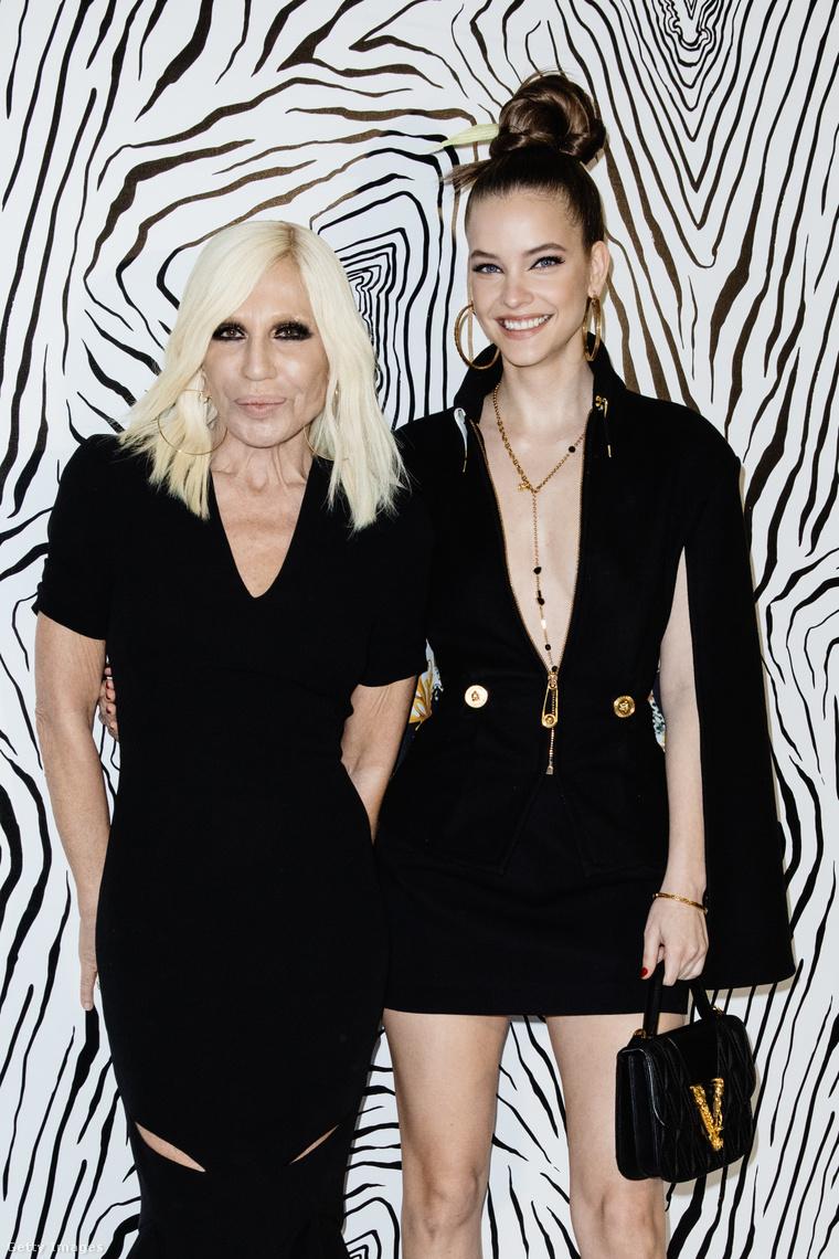 A modell egy Versace divatbemutatón tette tiszteletét, ahol a divatházat vezető Donatelle Versace mellé is beállt néhány kép erejéig.