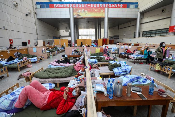Betegek pihennek egy vuhani tornacsarnokban kialakított ideiglenes kórházban 2020. február 21-én.