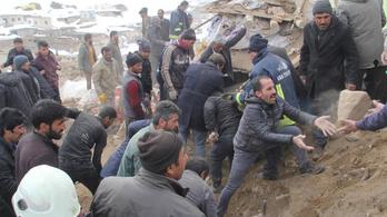 Közepesen erős földrengés volt a török-iráni határ közelében, kilencre nőtt a halálos áldozatok száma