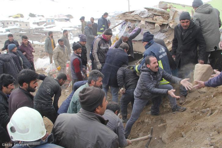 Civilek és mentőcsapatok az 5,9-es fokozatú földrengés után Törökország Van tartományában 2020. február 23-án
