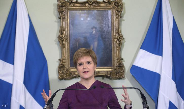 Nicola Sturgeon a függetlenségre törekvő Skót Nemzeti Párt az SNP vezetője edinburghi hivatalában