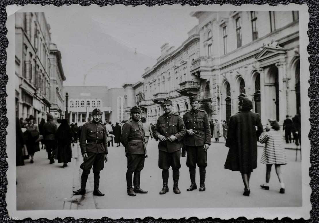 Szabadka főutcáján 1941-ben. Jobbról a második Szenesi Zoltán.