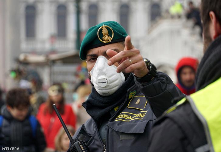 Rendőr a Szent Márk tér közelében 2020. február 23-án
