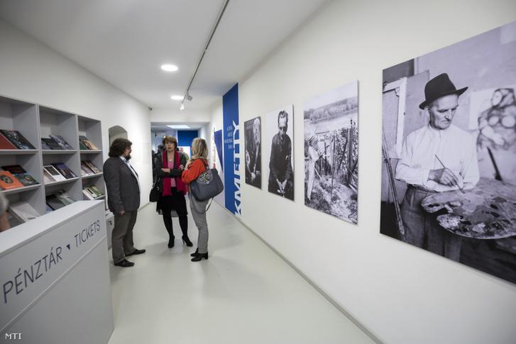 Gulyás Gábor a szentendrei Ferenczy Múzeumi Centrum (FMC) igazgatója (b) és Gyürk Dorottya a város kulturális alpolgármestere (k) a megújult szentendrei Kmetty Múzeumban tartott sajtóbejáráson 2018. december 7-én.